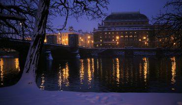 1024px-Národní_divadlo_v_zimní_noci